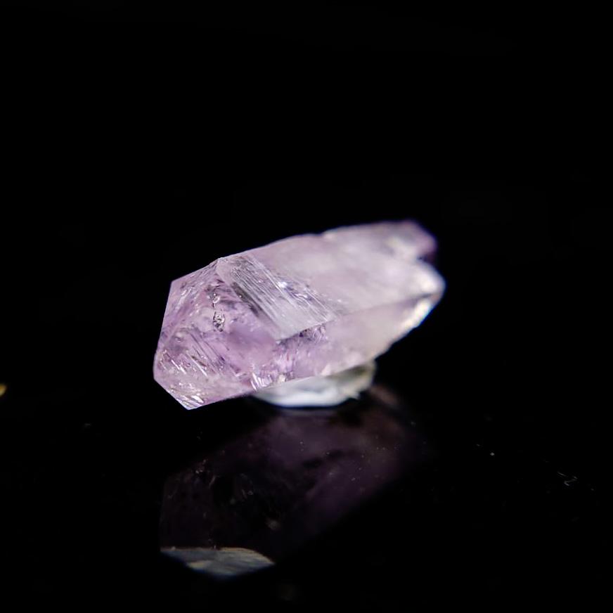 圖示-紫水晶柱狀單晶小晶體(Amethyst)